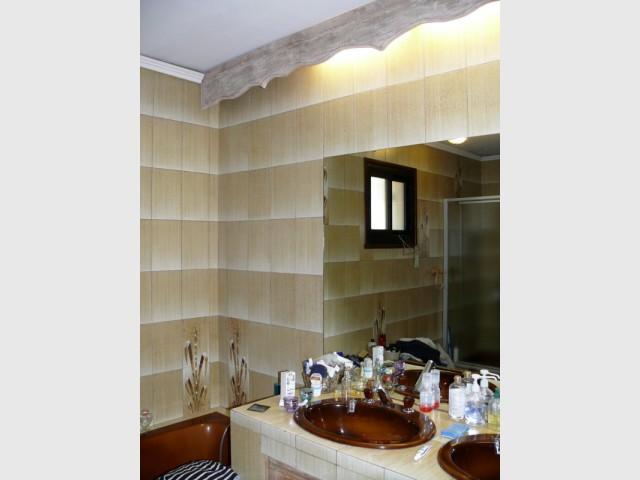 Avant : des vasques démodées et un carrelage en dégradé - Rénovation d'une salle de bains de 8 m2