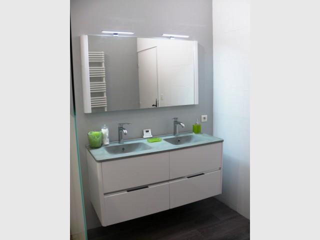 Après : un meuble sous vasque moderne et des couleurs neutres - Rénovation d'une salle de bains de 8 m2