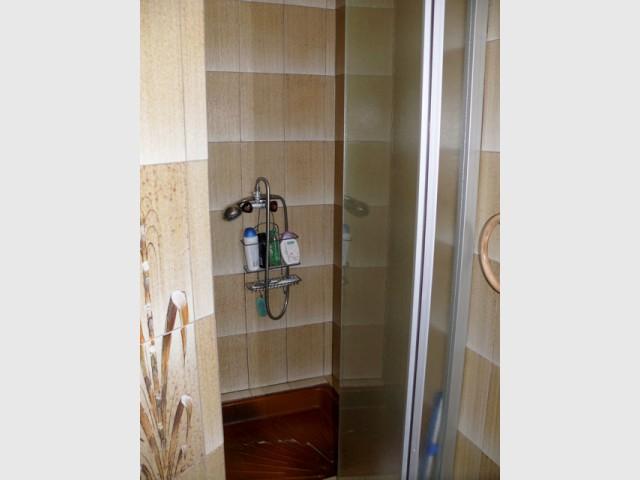 Avant : une douche étroite et peu pratique - Rénovation d'une salle de bains de 8 m2