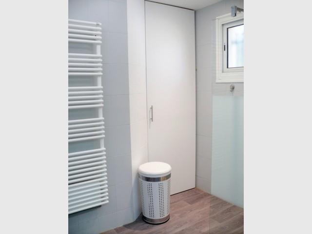 Après : un dressing avec une porte sur-mesure - Rénovation d'une salle de bains de 8 m2
