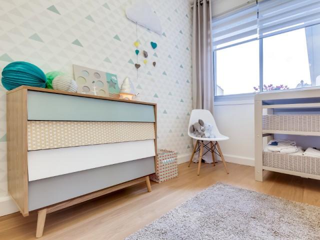 Une chaise pour combler un vide et cacher un angle - Chambre de bébé par Biotiful Design
