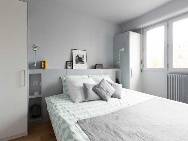 Des rangements cachés dans la tête de lit - Un appartement à l'élégante sobriété