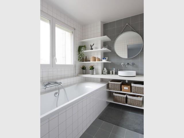 Une salle de bains rafraîchissante - Un appartement à l'élégante sobriété