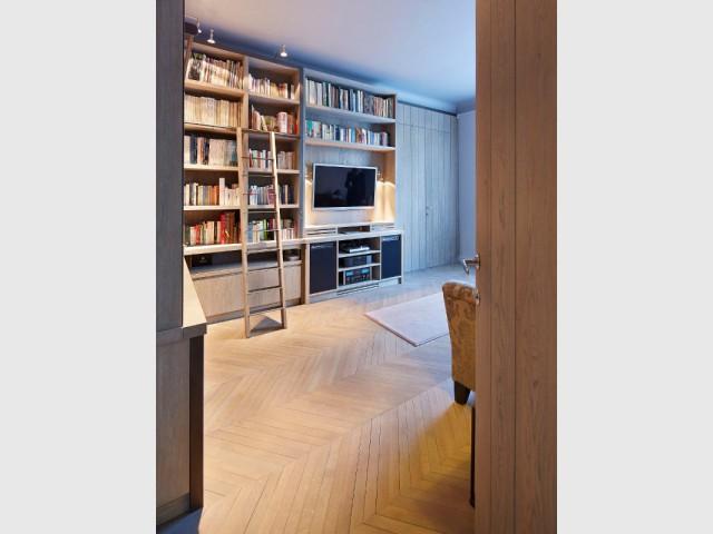 Le bois de chêne grisé, au coeur de ce salon de détente - Une bibliothèque sur mesure signée Xavie'z
