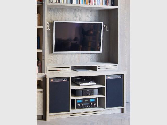 Un meuble TV sur mesure où tout est encastré - Une bibliothèque sur mesure signée Xavie'z