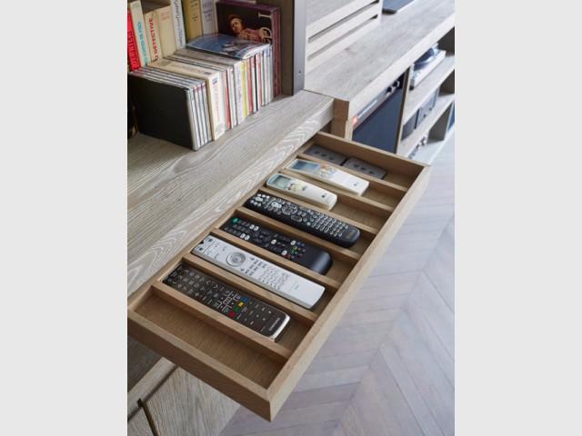 Un tiroir destiné aux télécommandes - Une bibliothèque sur mesure signée Xavie'z