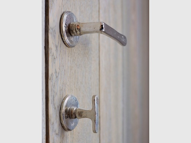 Du bronze blanc pour les poignées de porte - Une bibliothèque sur mesure signée Xavie'z