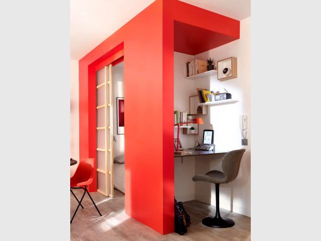 Une niche rouge pour aménager un coin bureau - Une séparation légère pour créer un bureau