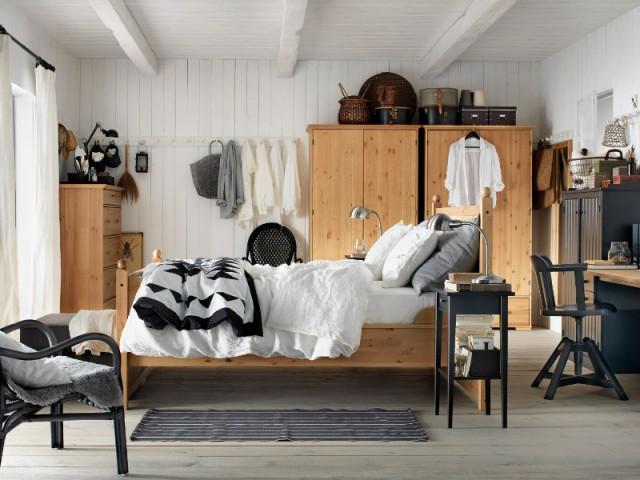 Une tête de lit pour symboliser un coin bureau - Une séparation légère pour créer un bureau