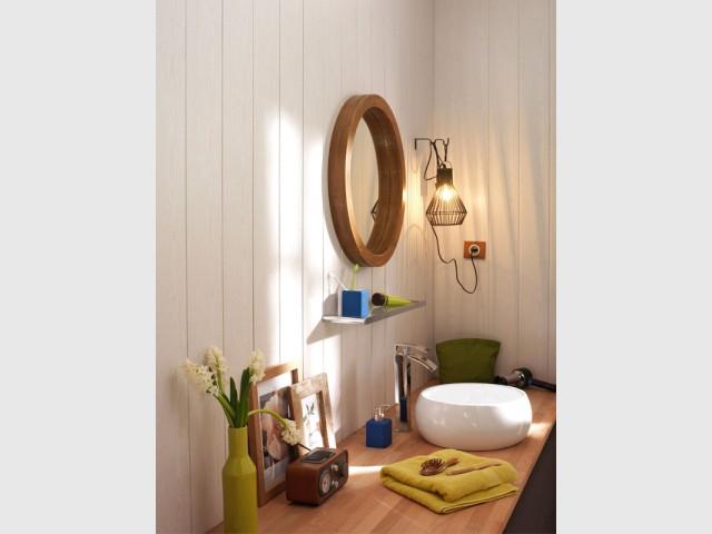 Un lambris immaculé pour une salle de bains épurée - Le lambris fait son come-back