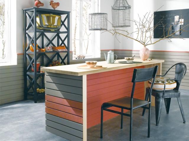 Un lambris bicolore pour habiller l'îlot d'une cuisine - Le lambris fait son come-back