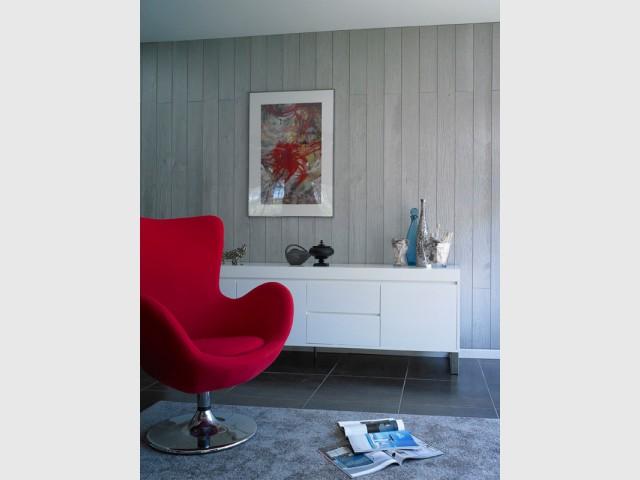 Un lambris gris clair pour un salon contemporain - Le lambris fait son come-back