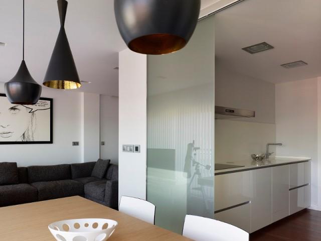 La cuisine au centre de l'espace de vie - Duplex à La Corogne par CastroFerro Architectes