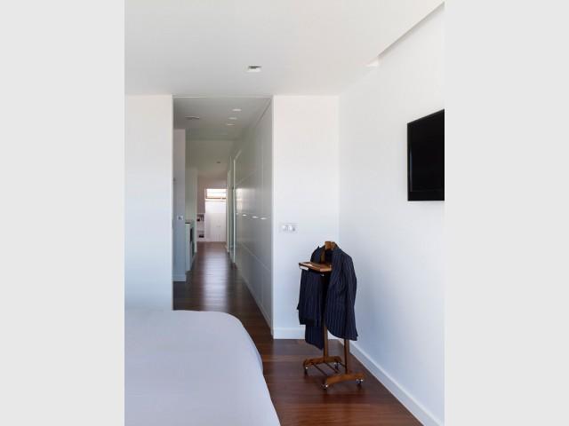 Une chambre parentale lumineuse et son dressing astucieux - Duplex à La Corogne par CastroFerro Architectes