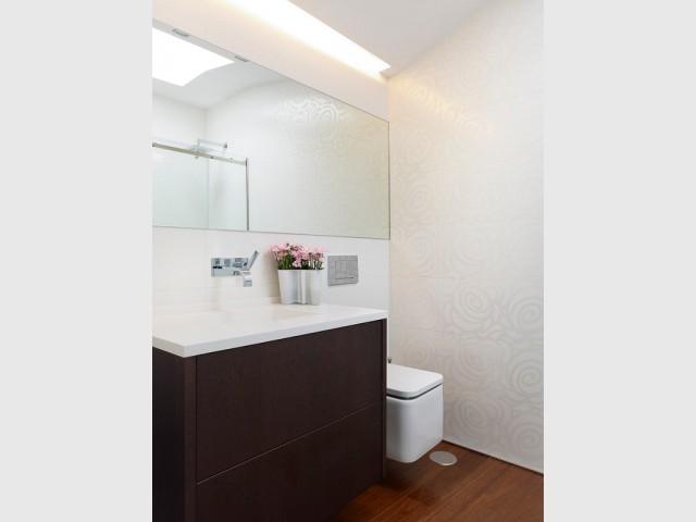Une salle de bains à dominante blanche - Duplex à La Corogne par CastroFerro Architectes