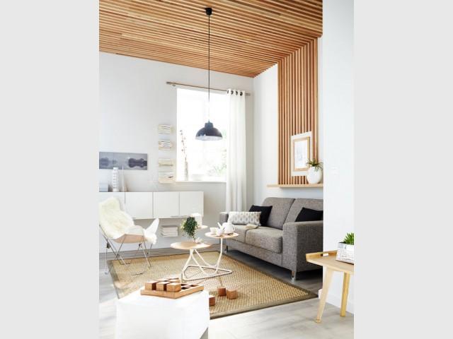 Un plafond embelli par de fines lamelles de bois - Un plafond original