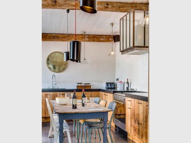 Intensifier la présence du bois brut - Une cuisine aux airs industriels