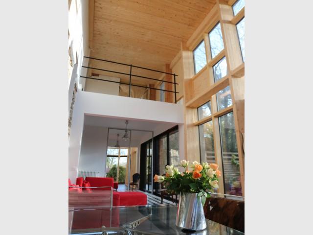 Espace en double hauteur dans l'extension - Une maison transformée par une seconde peau