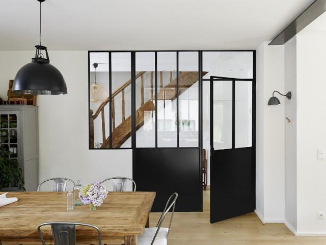 La verrière sépare le salon d'un couloir
