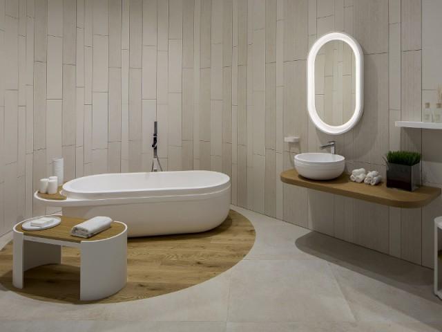 Un parquet en bois massif pour isoler la baignoire de l'ensemble de la salle de bains - Délimiter un espace grâce au sol