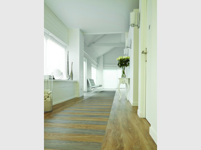 Un parquet chic et tout en longeur pour créer un espace couloir agréable  - Délimiter un espace grâce au sol