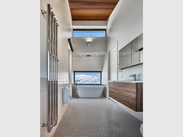 Une salle de bains comme un hammam - Chalet contemporain sur pilotis entre la forêt et les lacs
