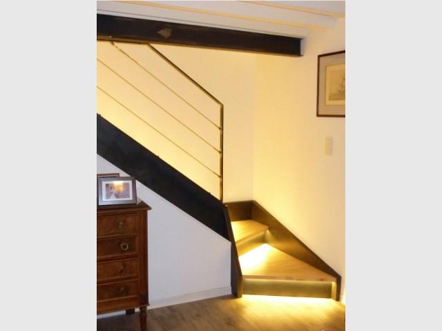Après : un escalier rétroéclairé  - Un rez de jardin entièrement réaménagé