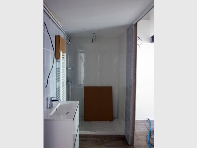 Un nouvel espace salle de bains créé sous l'escalier  - Un rez de jardin entièrement réaménagé
