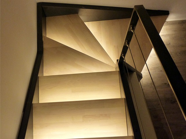 Après : une cage d'escalier modernisée  - Un rez de jardin entièrement réaménagé