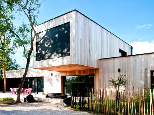 Une maison construite entre les arbres