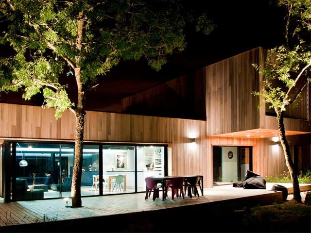 Des arbres intégrés à la structure de la maison - Une maison construite entre les arbres
