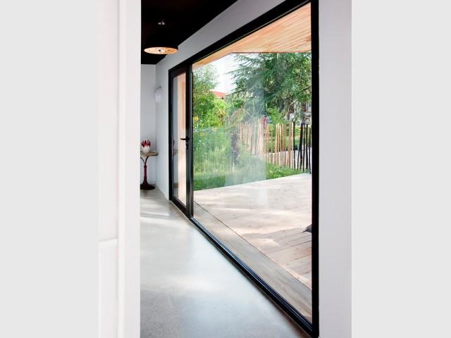 Des ouvertures XXL installées à des points stratégiques - Une maison construite entre les arbres