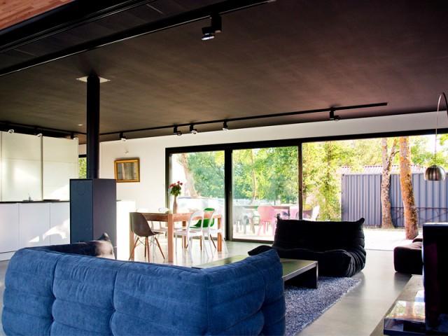 Un plafond peint en noir - Une maison construite entre les arbres