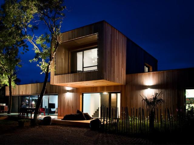 Fiche technique  - Une maison construite entre les arbres