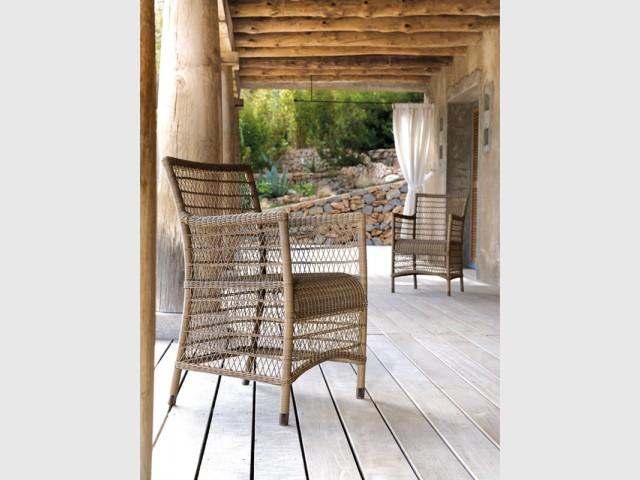 Un fauteuil en rotin pour agrémenter une terrasse bois - Le rotin dans la maison