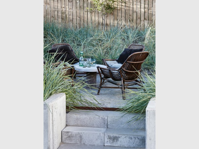 Des fauteuils en rotin noir pour dompter un jardin sauvage - Le rotin dans la maison