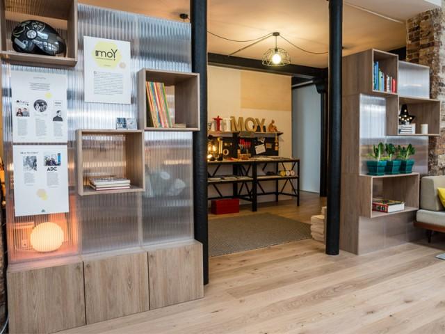 Des rangements mi- transparents, mi- opaques pour séparer deux espaces - Un appartement conçu par et pour la Génération Y