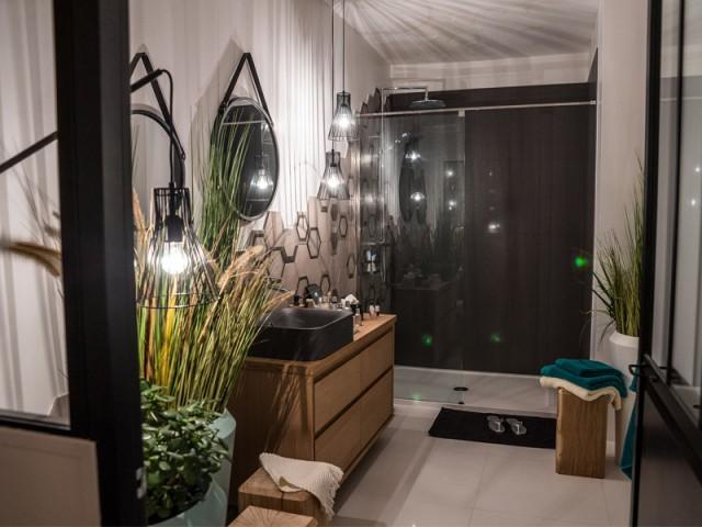 La salle de bains est ouverte sur la chambre - Un appartement conçu par et pour la Génération Y