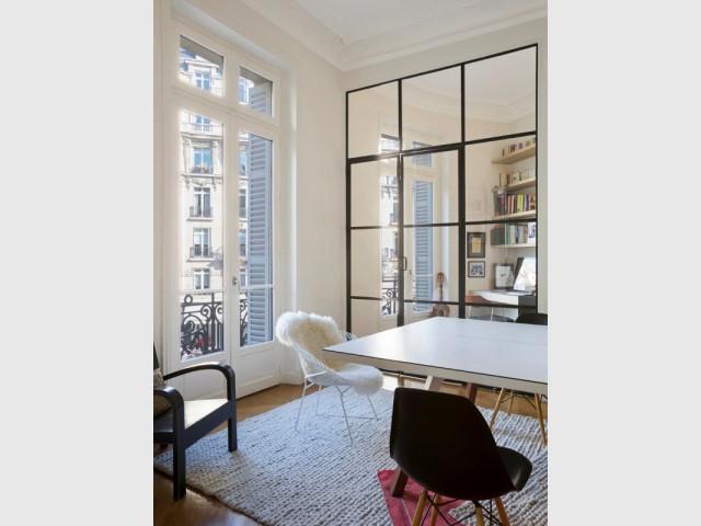 Acier noir et verre transparent pour une verrière d'intérieur - Une verrière d'intérieur pour créer un coin bureau
