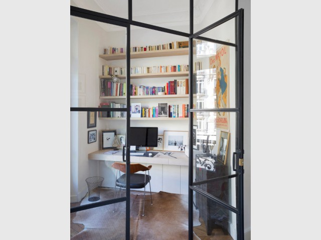 une verri re industrielle pour cr er un coin bureau dans un s jour haussmannien. Black Bedroom Furniture Sets. Home Design Ideas