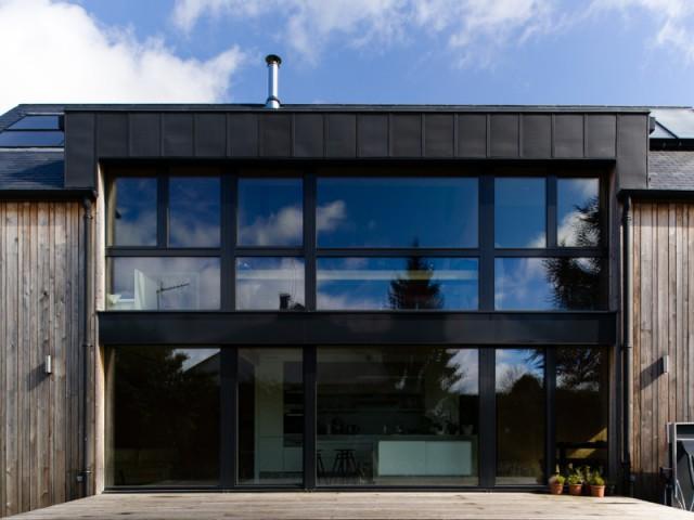 Des fenêtres en triple vitrage pour une bonne isolation - Une maison passive alliant inspiration japonaise et performances énergétiques