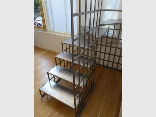 Des fixations solides pour maintenir l'escalier en place  - Une escalier en acier pour redynamiser une pièce