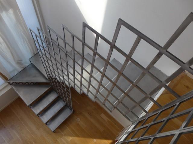 Un escalier tournant pour jouer avec l'espace - Une escalier en acier pour redynamiser une pièce