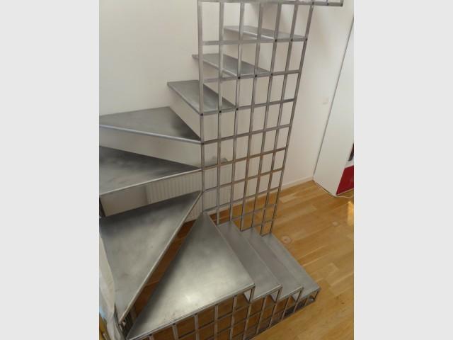 De l'acier pour réfléchir la lumière et apporter de la fraîcheur au lieu  - Une escalier en acier pour redynamiser une pièce