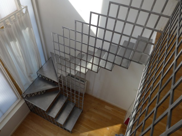 De la géométrie pour agrandir l'espace  - Une escalier en acier pour redynamiser une pièce