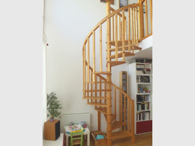 Avant : Un escalier hélicoïdal dangereux et classique - Une escalier en acier pour redynamiser une pièce