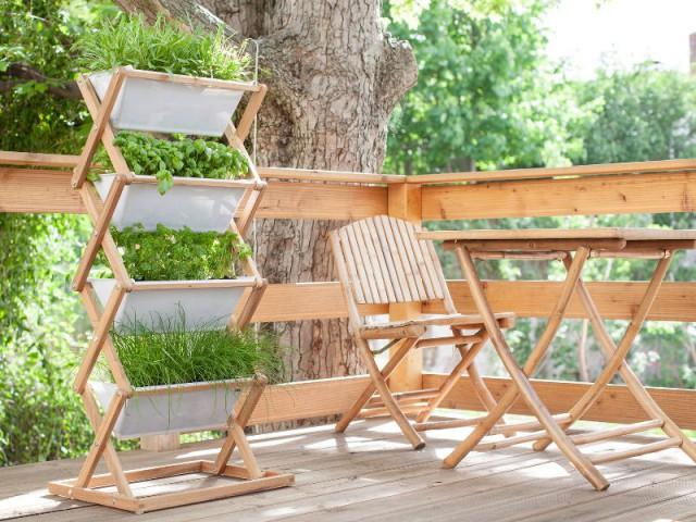 Des jardinières empilées pour un balcon bien planté - Solutions pour un mini balcon