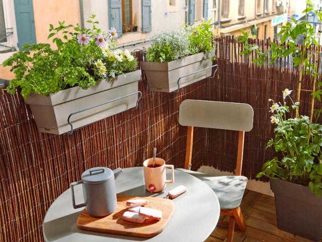 Des jardinières suspendues pour un balcon dégagé - Solutions pour un mini balcon