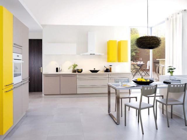 Des placards jaunes pour une cuisine dynamisée - Bien intégrer la tendance jaune soleil dans mon intérieur