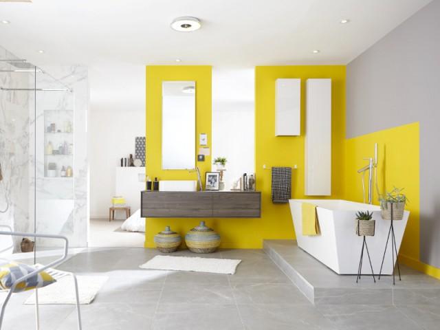 Du jaune sur les murs pour une salle de bains énergisante - Bien intégrer la tendance jaune soleil dans mon intérieur